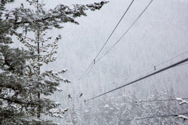 Tyrolienne enneigée en montagne